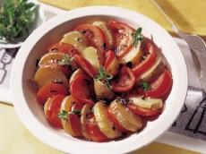 Aardappel en tomaat schotel product foto
