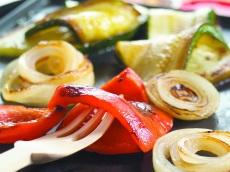 Aan tafel gegrilde groenten product foto