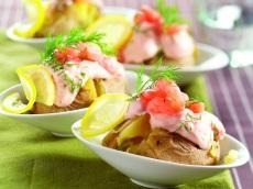 Aardappel gevuld met garnalen product foto