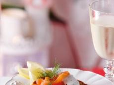 Aardappelblini met zalm en dille-citroenroom product foto