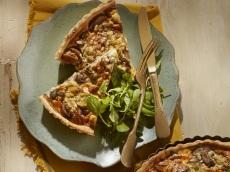 Hartige notentaart met champignons en blauwe kaas product foto