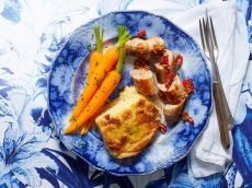 Aardappelgratin met saucijzen, wortel en pittige jus product foto