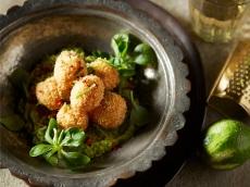 Aardappelballetjes met quinoa en avocadosaus product foto