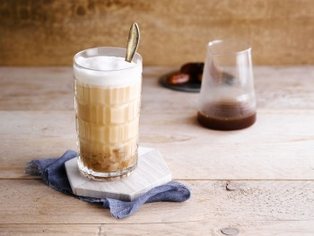 IJs-cappuccino met dadels product foto