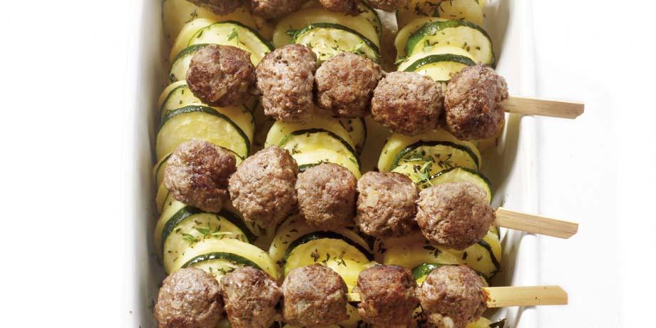 Aardappel-courgetteschotel met gehaktspiesjes product foto